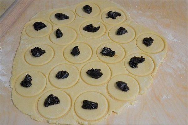 Distribuite al centro di ogni raviola 1/2 cucchiaino di mostarda e chiudete sigillando bene i bordi ma senza schiacciarli troppo.