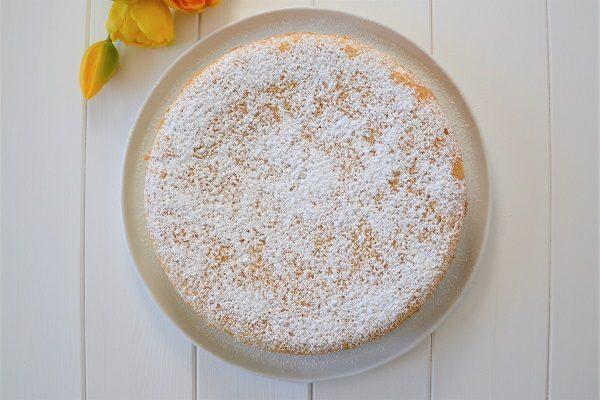 Rimettete in forno per altri 25 minuti circa, verificando sempre la cottura con uno stecchino.  Sfornate la torta versata con crema al latte e una volta fredda tenetela un paio d'ore in frigo prima di servirla.