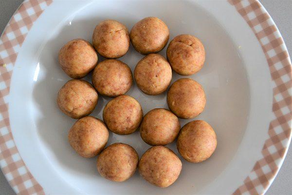 Formate tante piccole palline della grandezza che preferite, le mie erano di circa 15 g l'una.