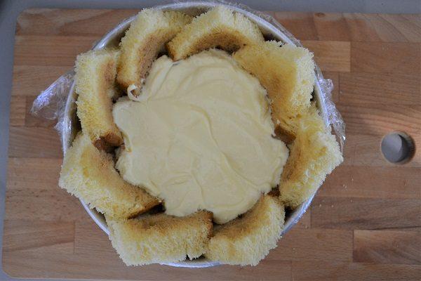 Riempite lo zuccotto con una parte di crema al mascarpone poi prendete la fetta più sottile e fate uno strato.