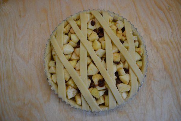Riempite con il ripieno di mele e decorate con le strisce di pasta frolla.