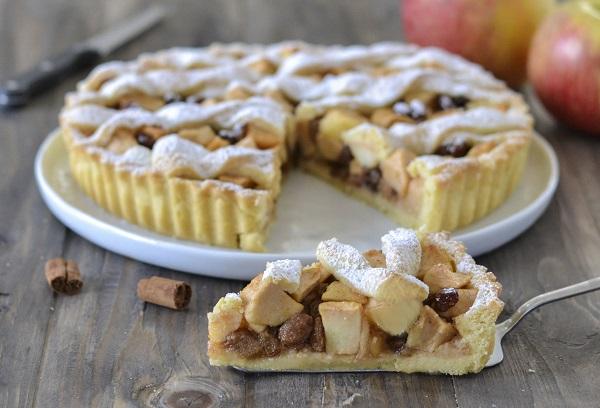 crostata di mele sfornata con zucchero