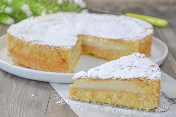 torta versata con crema al latte con zucchero a velo