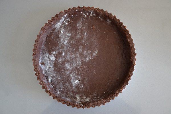 Imburrate e infarinate lo stampo per crostata. Stendete la pasta frolla e formate la base della crostata.