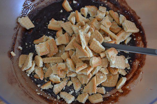 Spezzettate i biscotti e uniteli al composto.