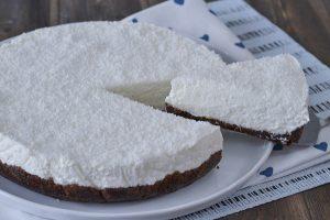 fetta di cheesecake al cocco e cioccolato servita