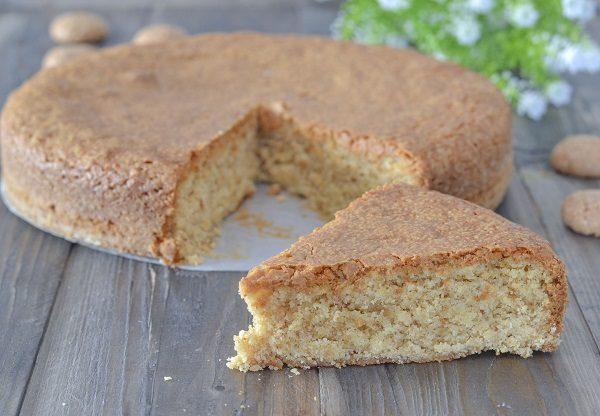 Sfornate la torta con amaretti, fate raffreddare e servite.