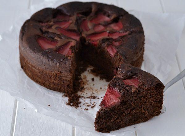 Sfornate la torta cioccolato e fragole, fate raffreddare e servite.