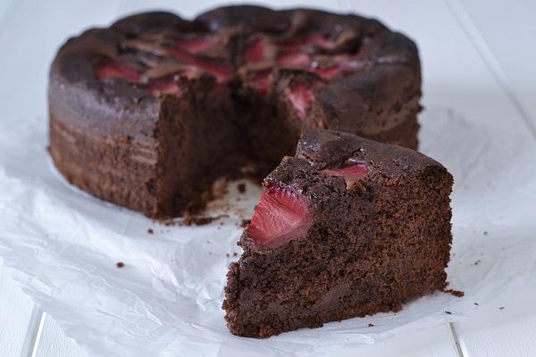 fetta di torta cioccolato e fragole sfornata