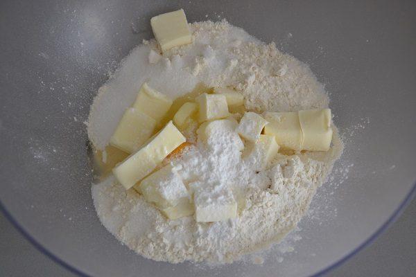 Preparate la pasta frolla impastando tutti gli ingredienti: farina, zucchero, burro, uovo, lievito, fecola e il pizzico di sale.