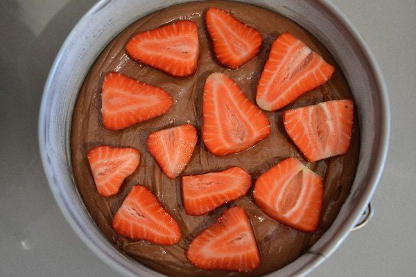 Aggiungete le fragole su tutta la superficie e aggiungete il restante impasto.
