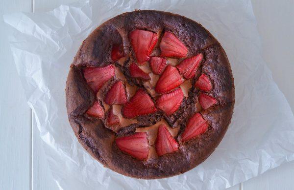 torta cioccolato e fragole sfornata dall'alto