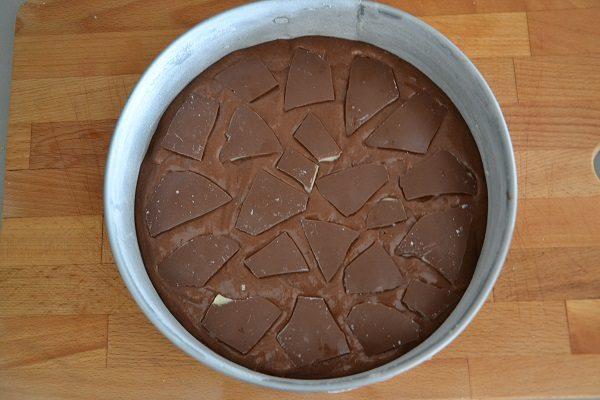 Decorate la superficie del dolce con pezzi di uovo di cioccolato.