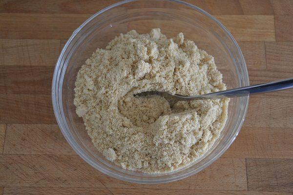 Tritate i biscotti con il mixer e metteteli in una ciotola insieme al latte e all'olio.