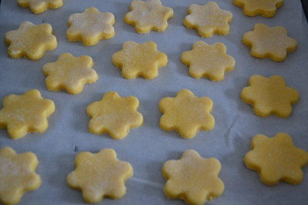 Formate i biscotti dandogli la forma che preferite e metteteli sulla placca del forno su un foglio di carta da forno.