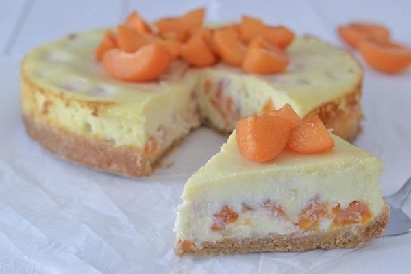 Sfornate la cheesecake ricotta e albicocche, fate raffreddare e servite.