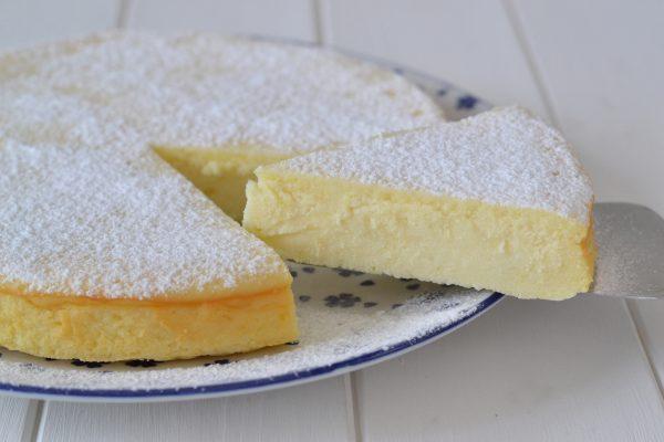 fetta di torta cremosa alla ricotta con zucchero