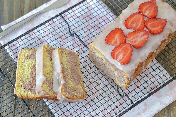 Decorate la superficie del plumcake alle fragole con la glassa al limone.