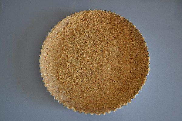Formate la base livellando i biscotti col dorso di un cucchiaio, formando anche i bordi.