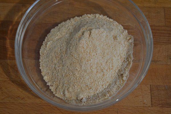 Preparate la base tritando finemente i biscotti.