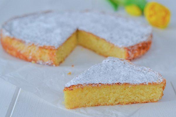 Servite la caprese al limone con zucchero a velo in superficie.