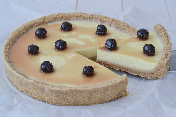 Servite la cheesecake panna cotta da sola o con amarene sciroppate, topping o frutta a scelta.
