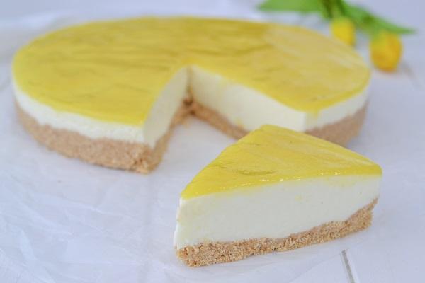 fetta di cheesecake all'ananas servita