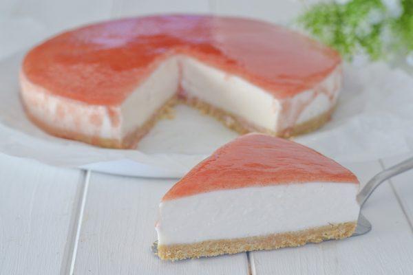 fetta di cheesecake all'anguria servita
