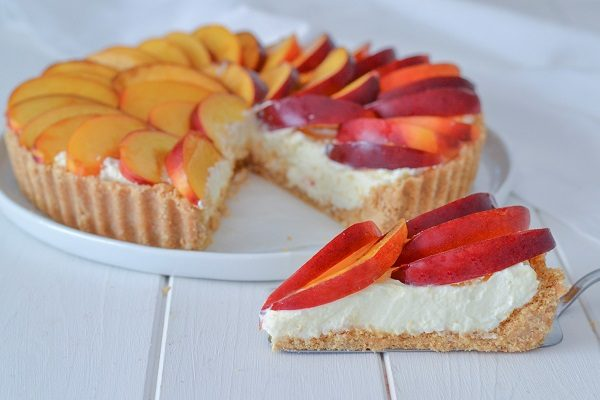Servite la crostata di pesche senza cottura. Volendo potete coprirla con gelatina per torte alla frutta o zucchero a velo.