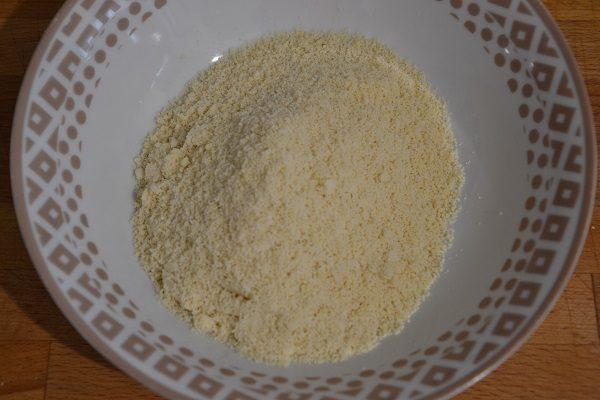 Tritate le mandorle fino a ridurle in farina.