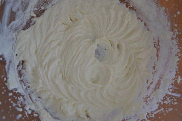 In una ciotola mescolate la ricotta fresca con lo zucchero.
