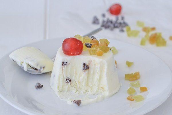 Decorate il semifreddo alla ricotta con gocce di cioccolato, canditi o granella di nocciole e servite.