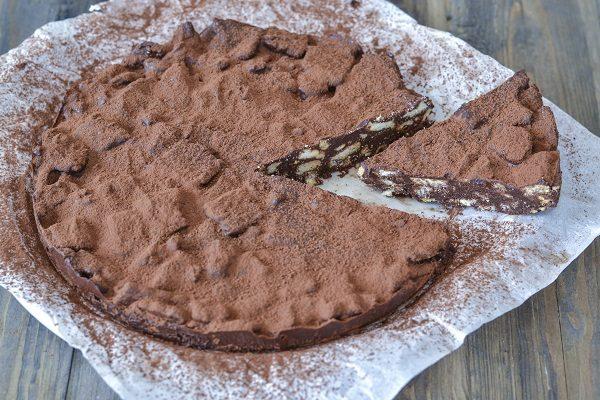Servite la torta salame di cioccolato con cacao amaro o zucchero a velo.
