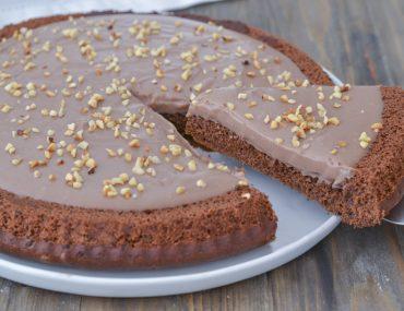 fetta di crostata morbida al cacao con crema alle nocciole