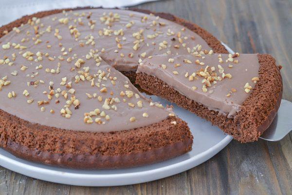 Servite la crostata morbida al cacao con crema alle nocciole.