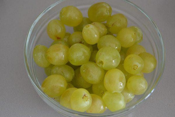 Per prima cosa pesate circa 330-350 g di acini di uva.