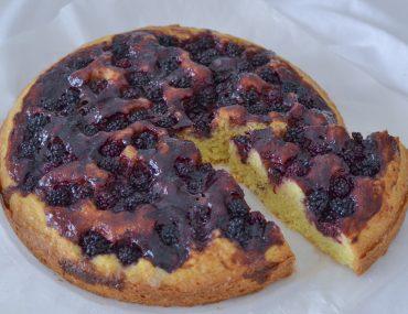 crostata morbida ai frutti di bosco con confettura e more