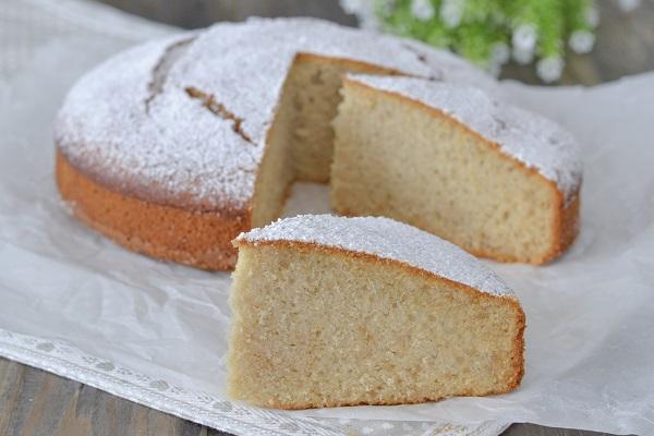 fetta di torta al succo d'uva bianca con zucchero a velo