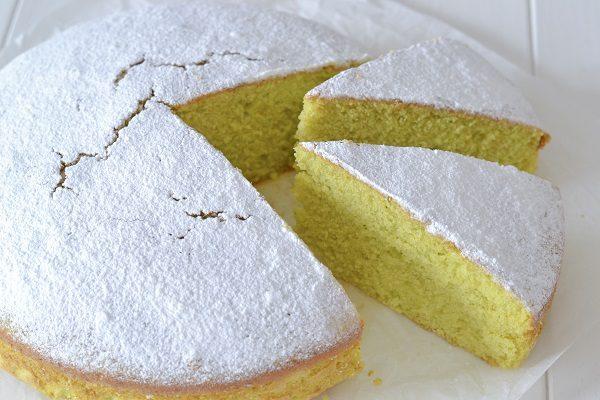 Fate raffreddare la torta dolce di zucchine.