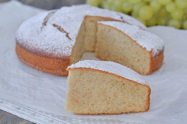 Servite la torta al succo d'uva con una spolverata di zucchero a velo.