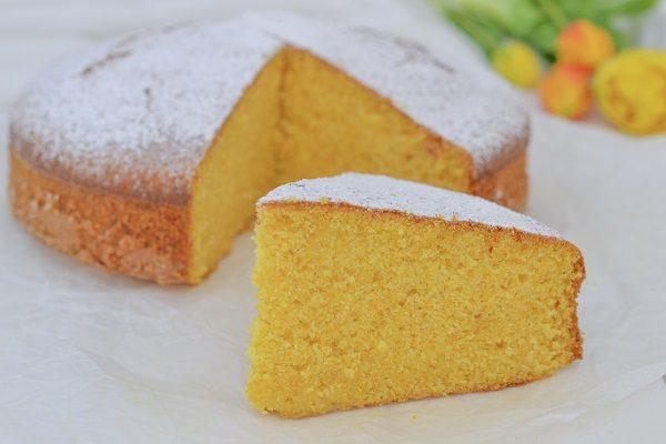 Sfornate la torta di carote e zucca, fate raffreddare e servite.