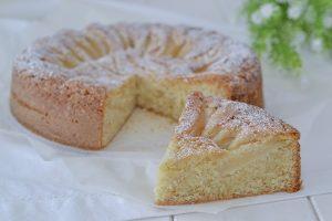 fetta di torta di pere e nocciole