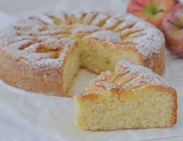 torta di mele e mandorle sfornata
