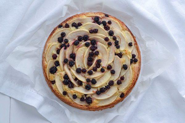Sfornate la torta di mele e more, fate raffreddare e servite.