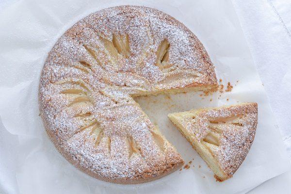 Sfornate la torta di pere e nocciole.