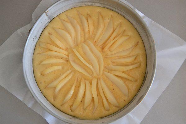 Tagliate 1 o 2 pere mature a fettine piuttosto sottili e disponetele sulla torta. Cercate di non mettere le fettine troppo fitte e di non sovrapporle.