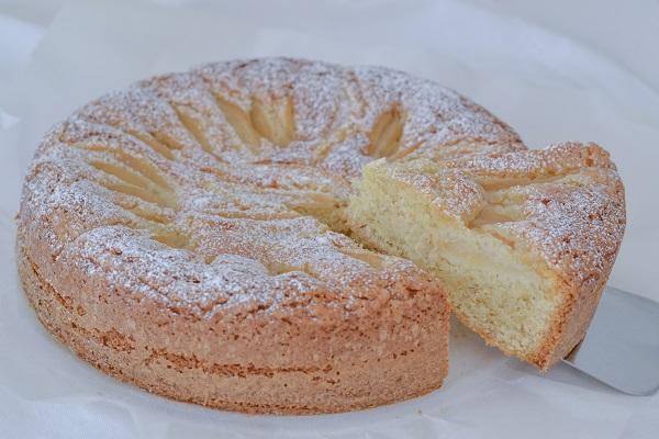 torta di pere e nocciole sfornata con zucchero