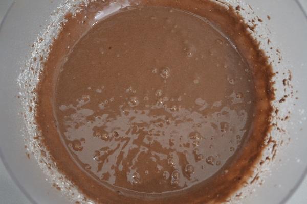 Unite infine la farina, il cacao amaro, l'aroma alla vaniglia e il lievito.