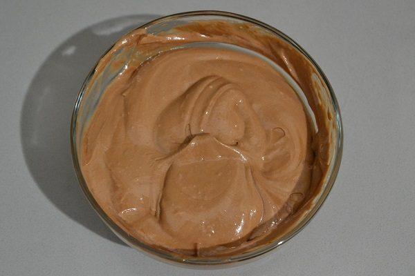 Sciogliete a bagnomaria il cioccolato fondente, fatelo intiepidire leggermente e unitelo a una parte di impasto, mescolando, insieme al 1/2 cucchiaino di cacao amaro. Mescolate subito con le fruste fino a quando non si sarà perfettamente amalgamato.