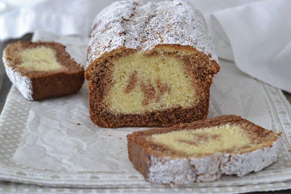 Sfornate il plumcake ai tre cioccolati, fate raffreddare e servite.